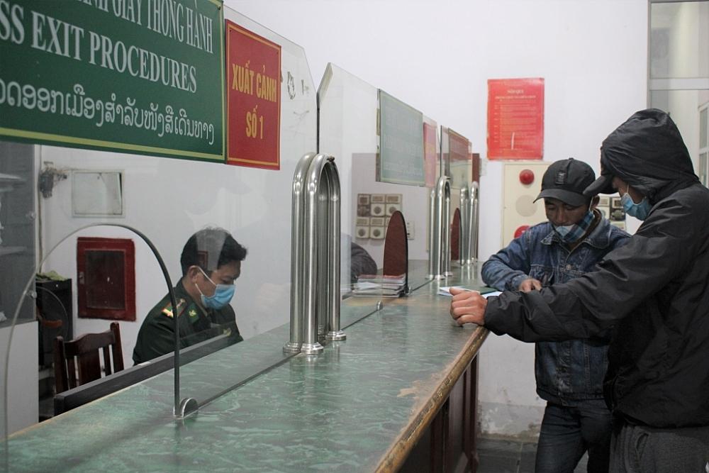 Người dân thực hiện thủ tục xuất cảnh tại cửa khẩu. Ảnh: Hiền Dịu