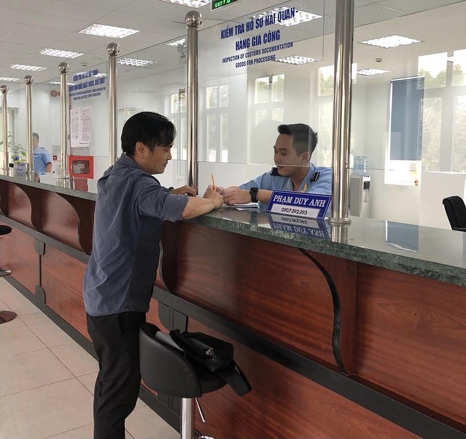 Công chức Chi cục Hải quan KCN Mỹ Phước làm thủ tục cho doanh nghiệp. Ảnh Thuỳ Linh